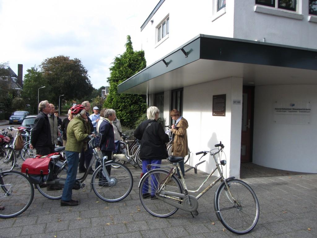 Tijdens de fietstocht wordt ook stilgestaan bij de informatieborden van de Brederoderoute, een cultuurhistorische wandeling, ontwikkeld door de Stichting Santpoort.