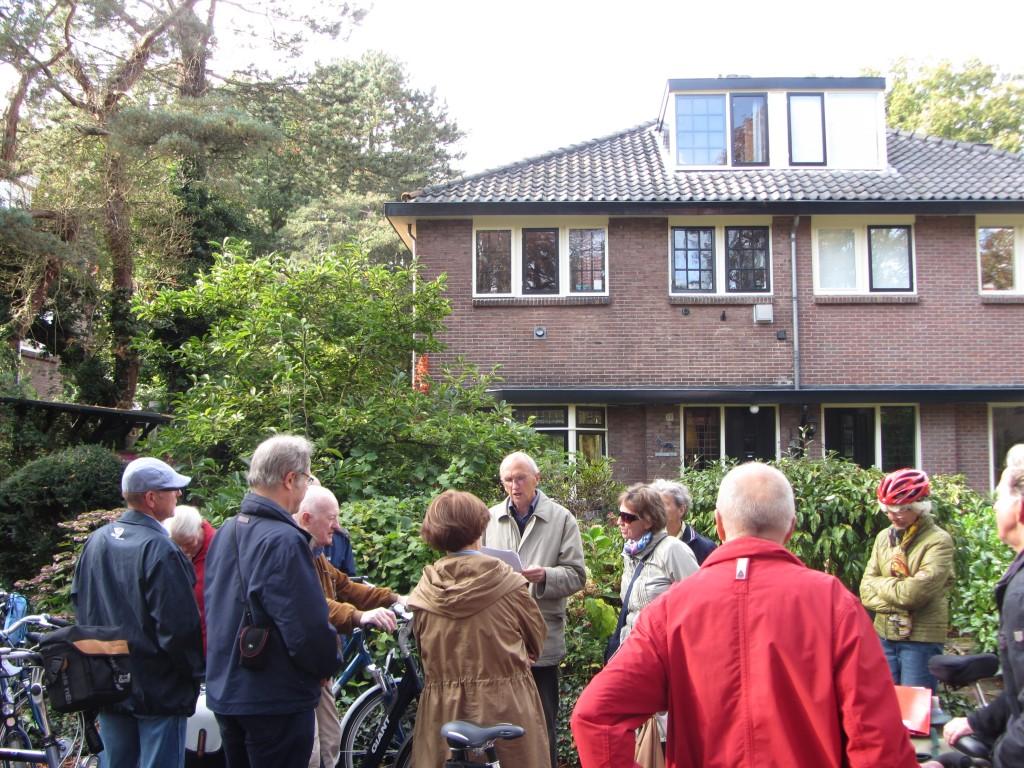 """Pim Boer leest voor het huis waar Vasalis woonde, het beroemde gedicht """"De idioot in bad"""" voor."""
