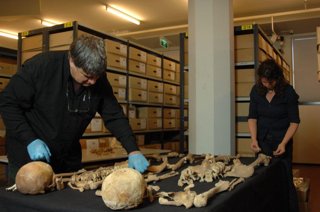 persfoto-jean-roefstra-en-constance-van-der-linde-onderzoeken-skeletten